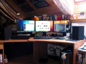 Schreibtisch mit neuer Anlage
