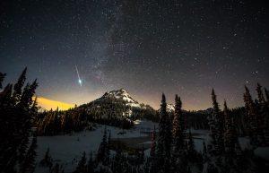 Berg vor Sternenhimmel