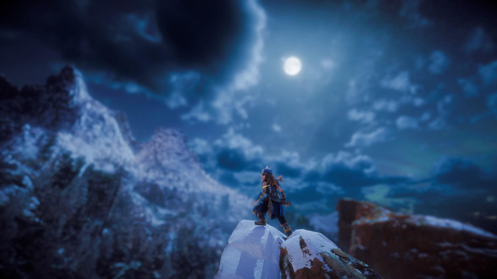 Aloy auf einem eisigen Gipfel bei Nacht